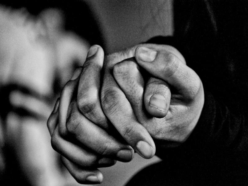 mani incrociate e volitive